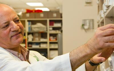Farmacista prende delle medicine da uno scaffale
